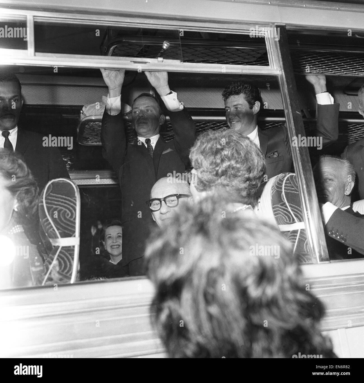 Frank Sinatra se ve aquí en el autobús, en el estreno de la guerra fría thriller El candidato manchuriano. Imagen De Stock