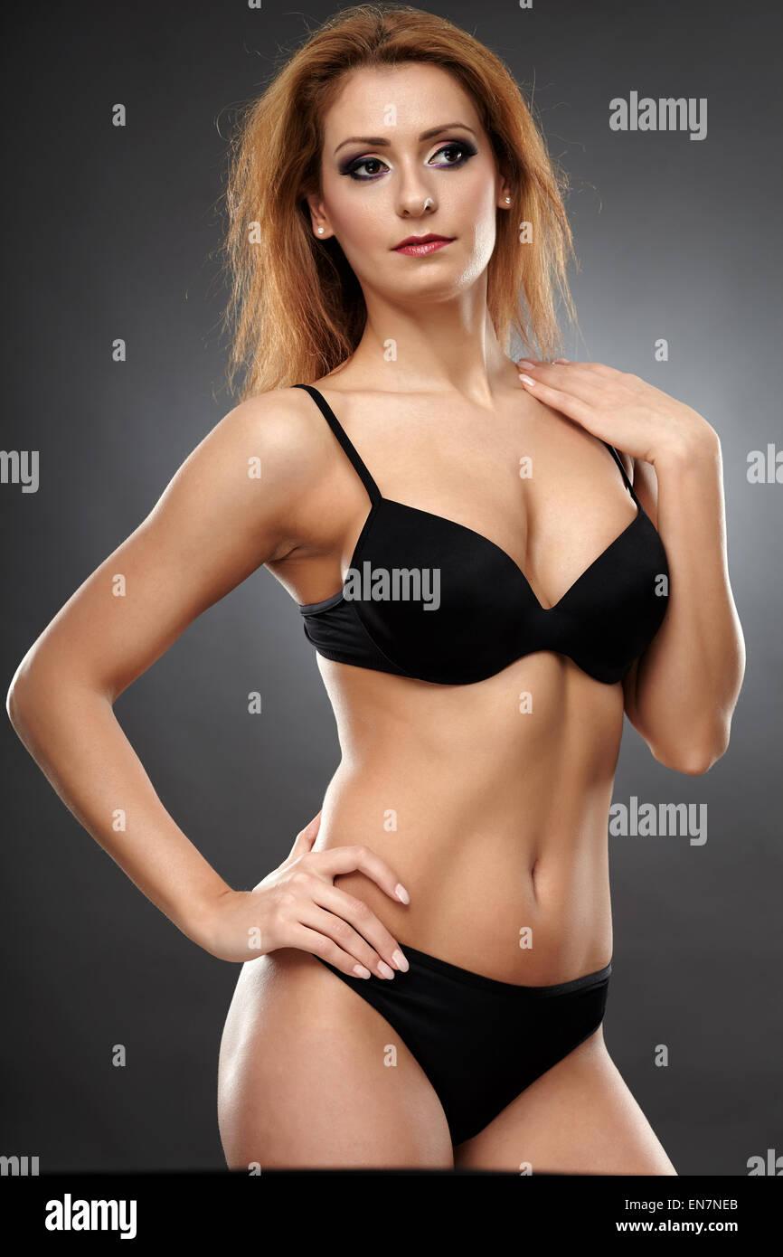 efbce595e8 Glamour retrato de una bella mujer posando en lencería negra Foto ...