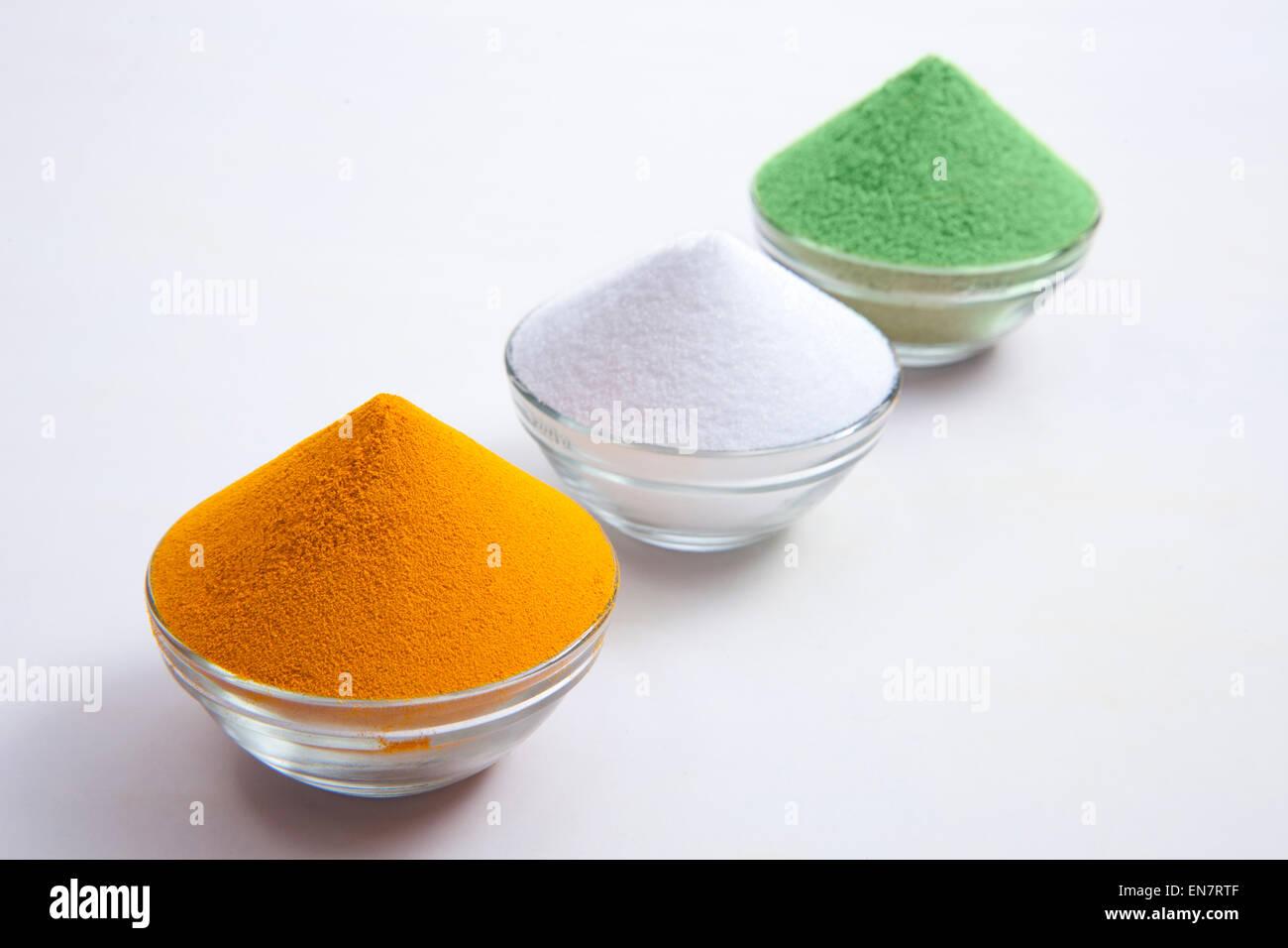 Tri color especias dispuestas en cuencos Imagen De Stock