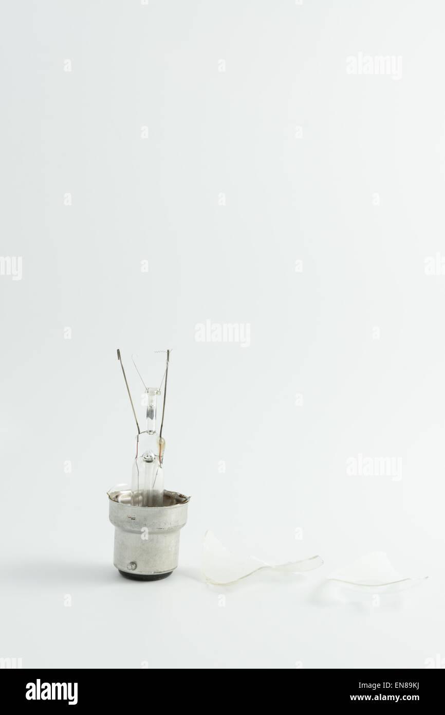 Concepto de Burnout: Shattered tradicional bombilla eléctrica Imagen De Stock