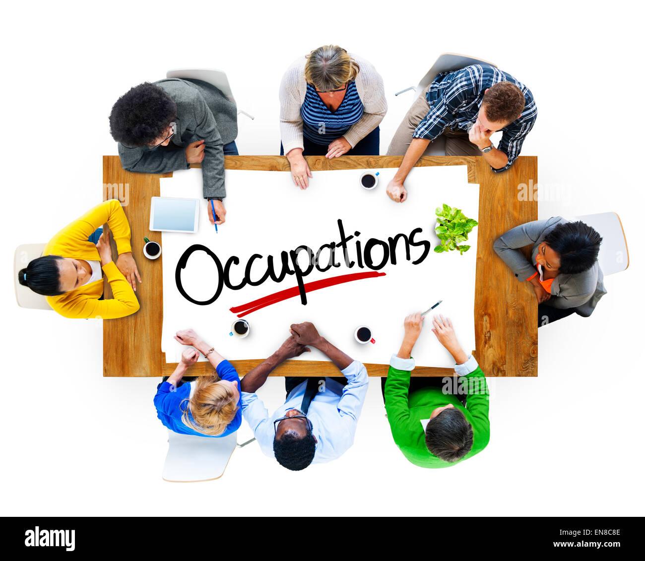 Grupo de Personas brainstorming sobre ocupaciones concepto Imagen De Stock