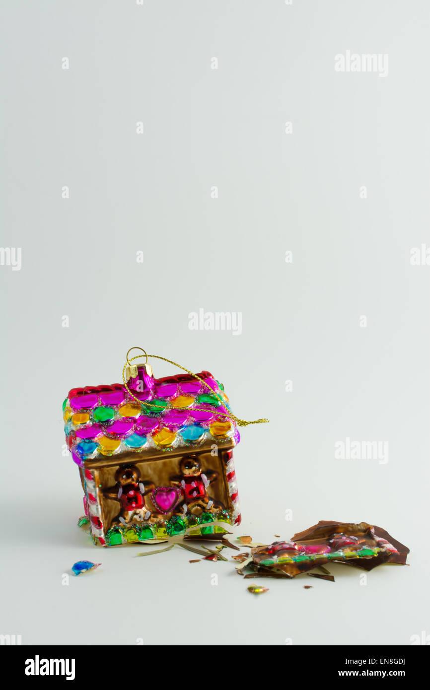 Tiempo estresante del año - casa de vidrio roto de adornos de navidad - concepto e ideas - la presión Imagen De Stock