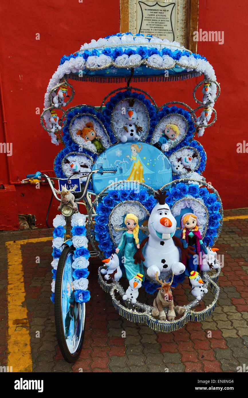 Decorado kitsch ciclo rickshaw trishaw con juguetes blandos en Malaca, Malasia Foto de stock