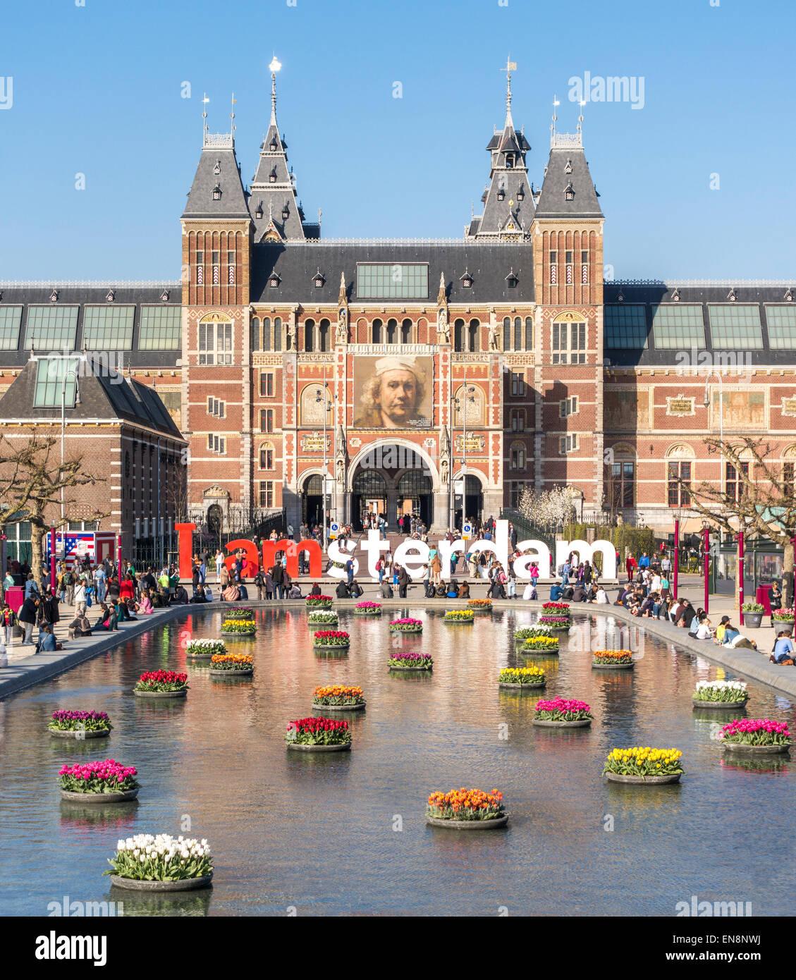 Rijksmuseum Amsterdam Rijksmuseum Museo Nacional con signo I Amsterdam IAmsterdam y tulipanes en la piscina reflectante. Imagen De Stock