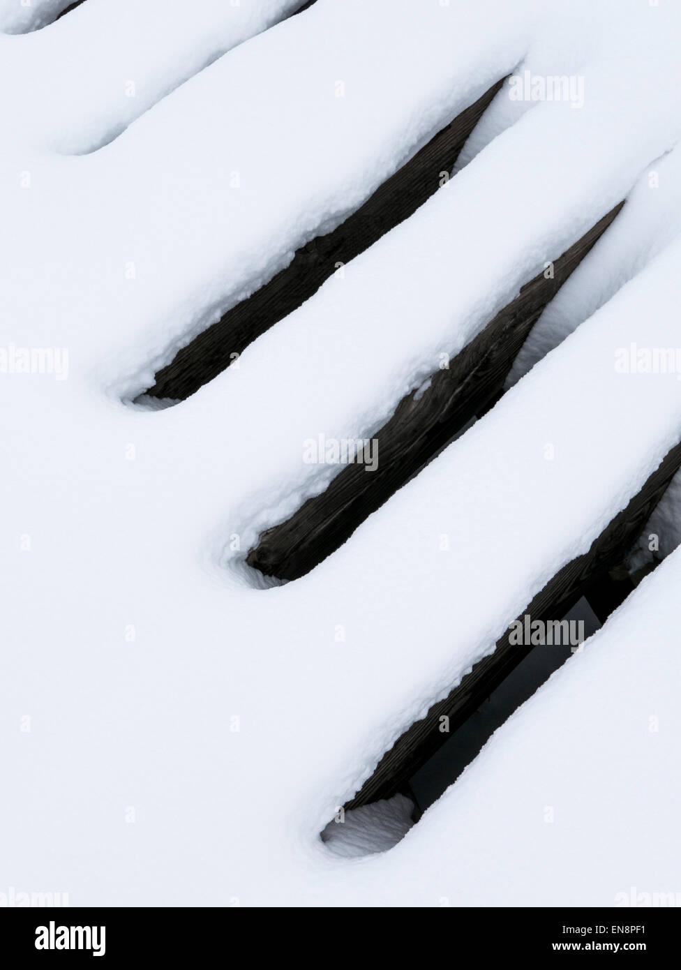 La nieve crea patrones en antigua estructura ferroviaria. Imagen De Stock