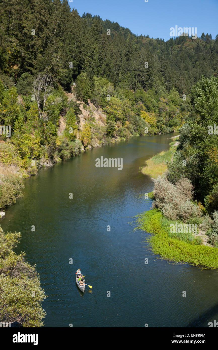 Personas en una canoa, fotografiado desde arriba en el río cerca de Guernville rusa en el norte de California. Imagen De Stock