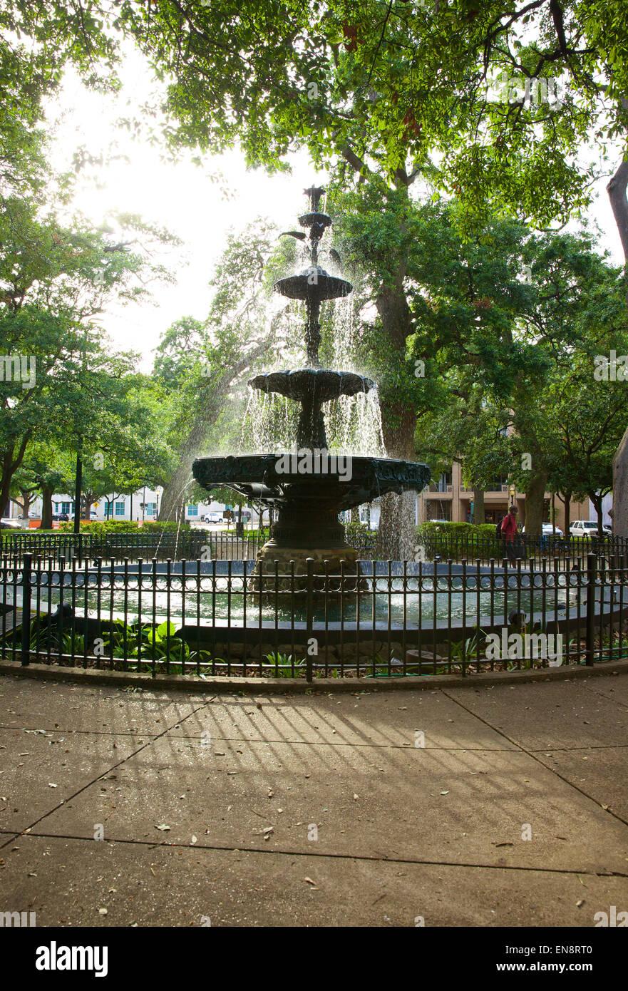 El agua que fluye de la fuente en el Bienville Square Park en el centro de la ciudad de Mobile, Alabama en el sol de la tarde. Foto de stock