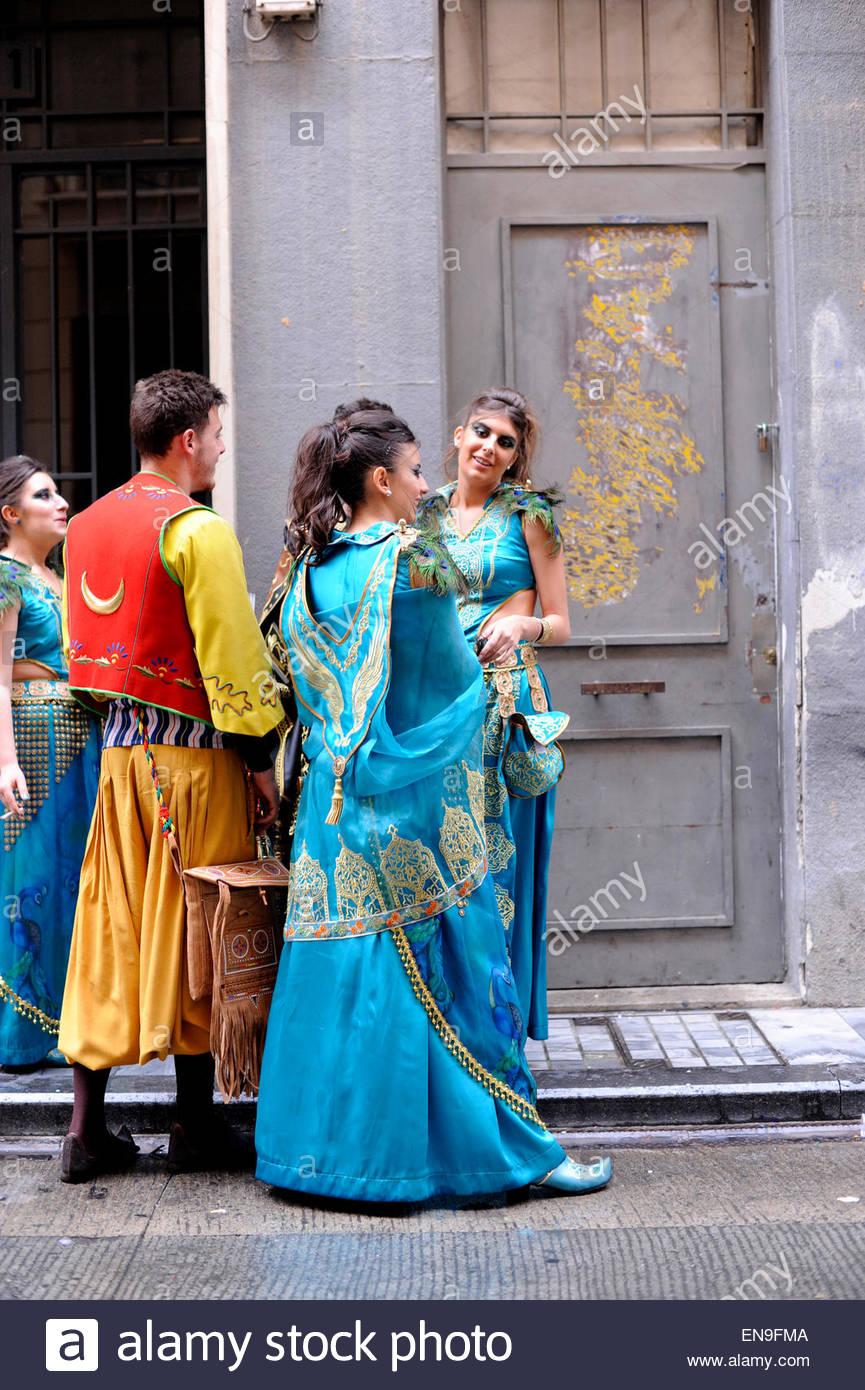 Hombres y mujeres jóvenes vestidas en trajes de inspiración morisca, durante las fiestas de Moros y Cristianos Imagen De Stock