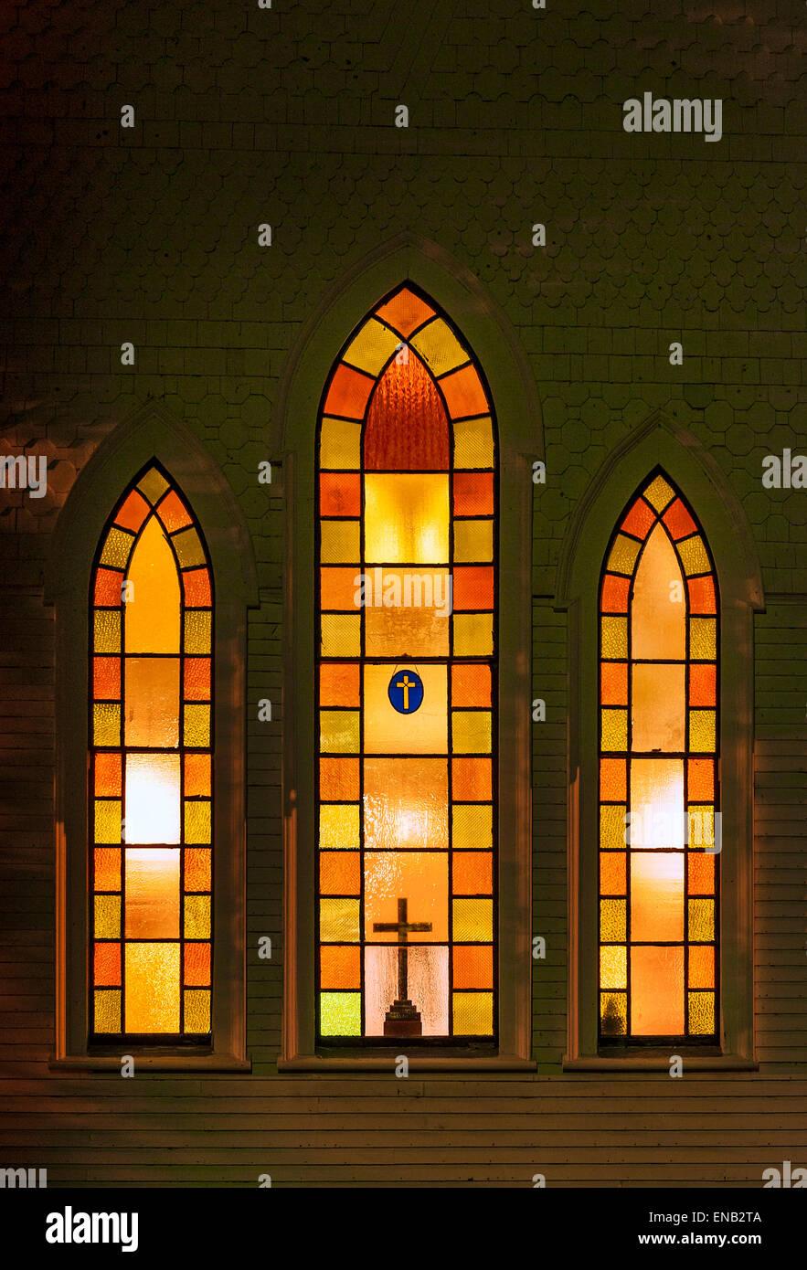 Windows iglesia iluminada por la noche. Imagen De Stock