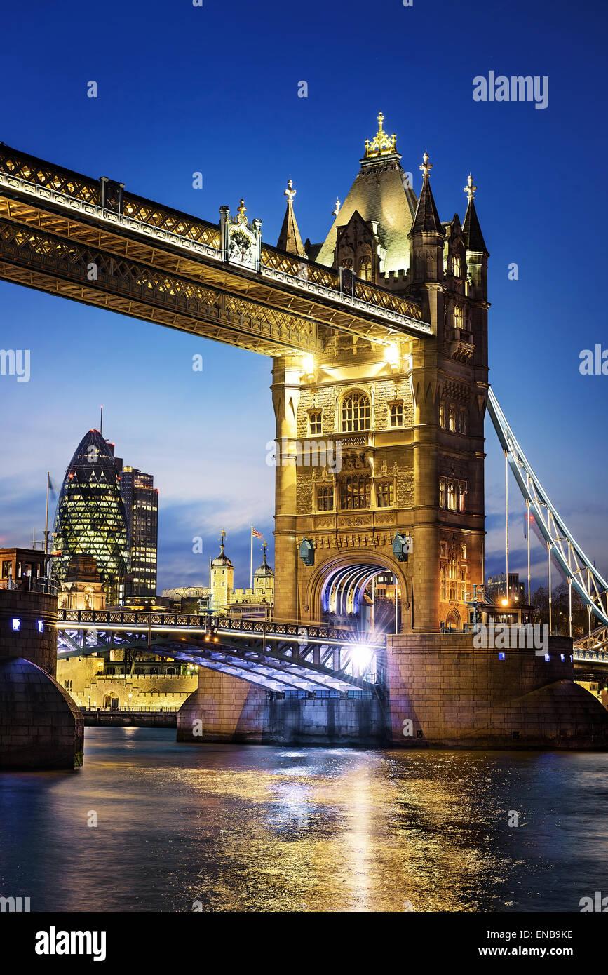Por la noche, famoso puente de la Torre de Londres, Inglaterra Imagen De Stock