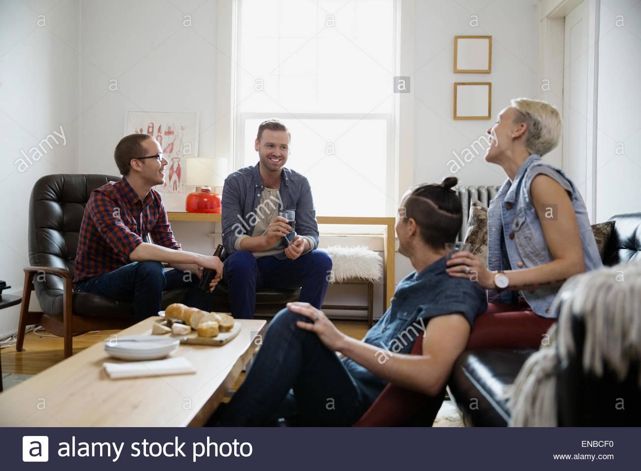 Las parejas homosexuales y heterosexuales colgando fuera salón Foto de stock