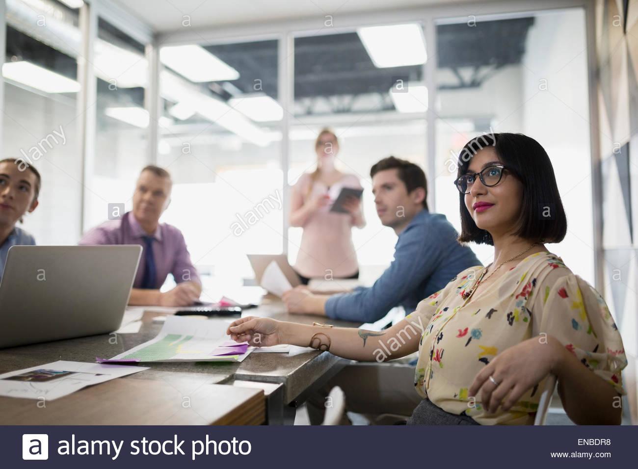 La empresaria sonriendo en la sala de reuniónFoto de stock