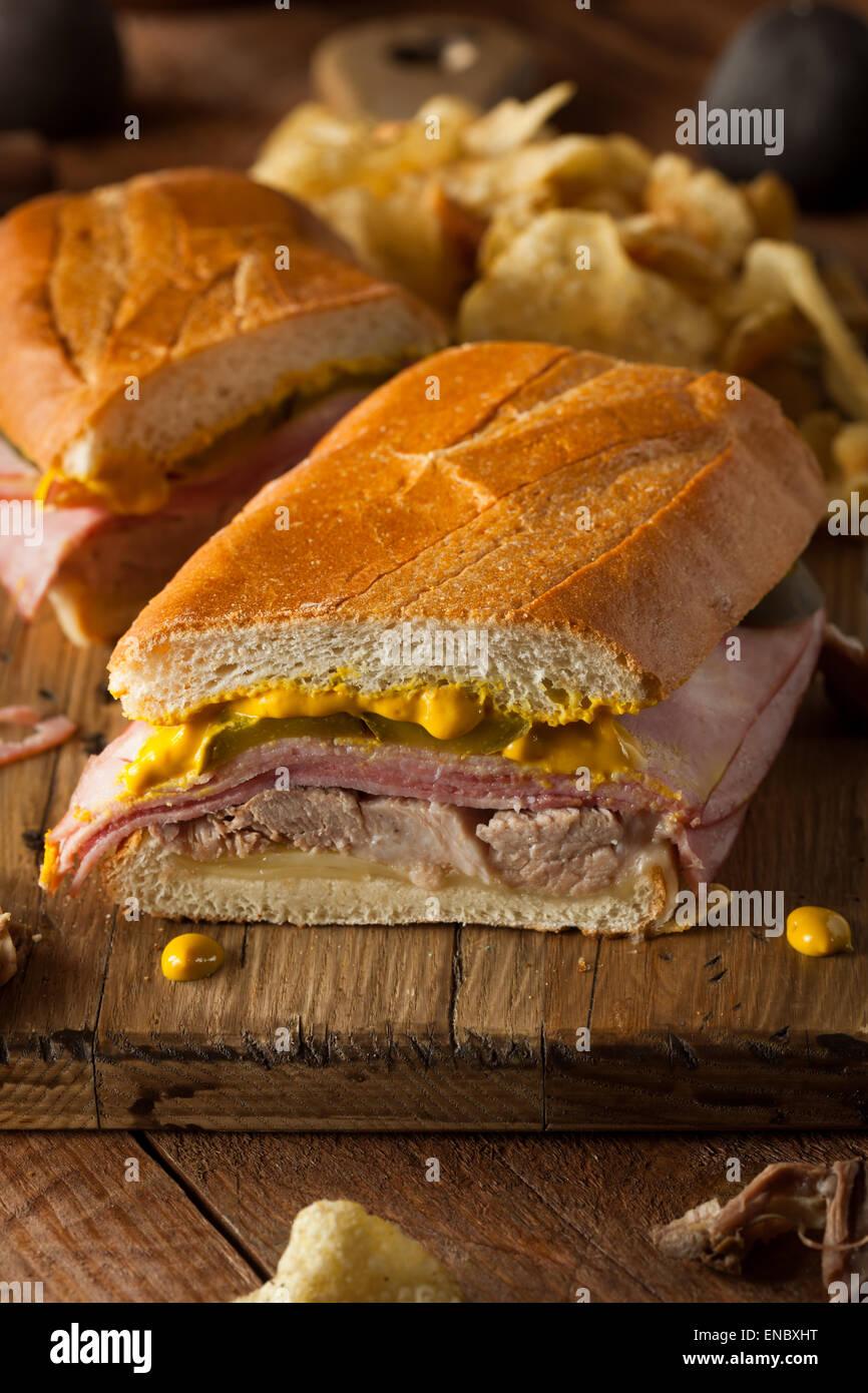 Bocadillos cubanos tradicionales caseros con jamón y queso de cerdo Imagen De Stock