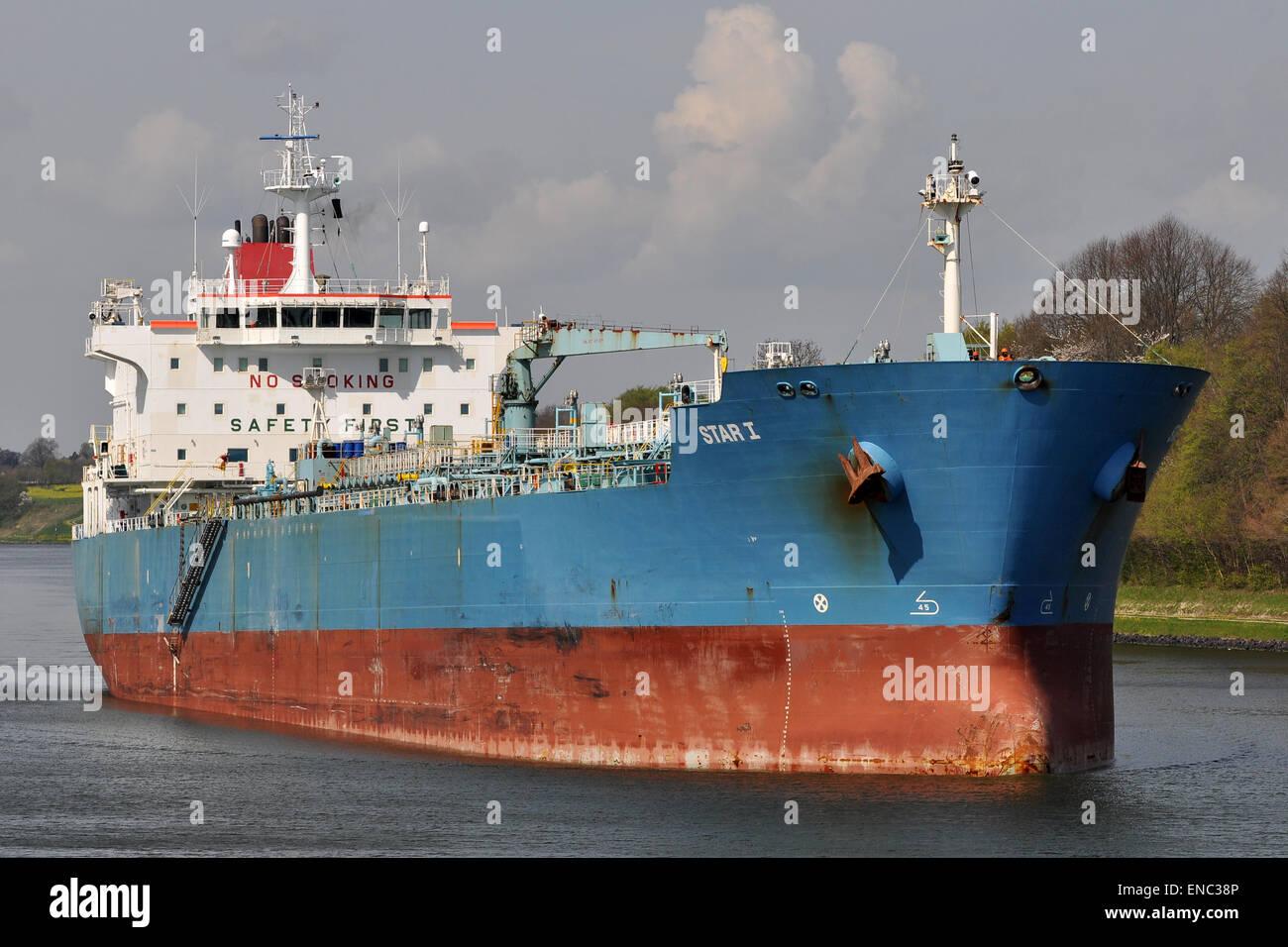 Productos químicos/Oil Tanker Star I en sentido oeste-este en el Canal de Kiel. Foto de stock