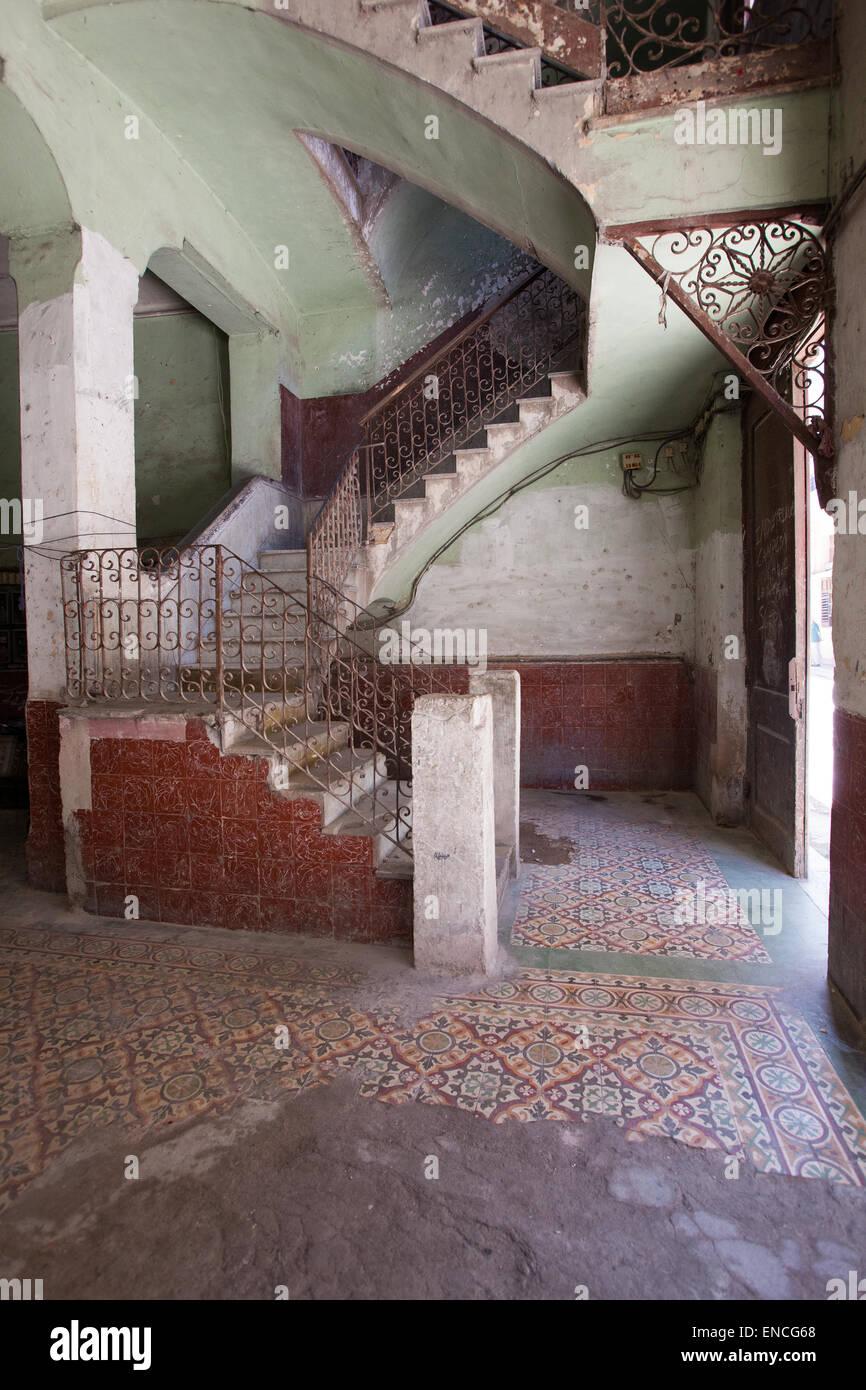 Escalera antigua dentro de un edificio en La Habana, Cuba. Foto de stock