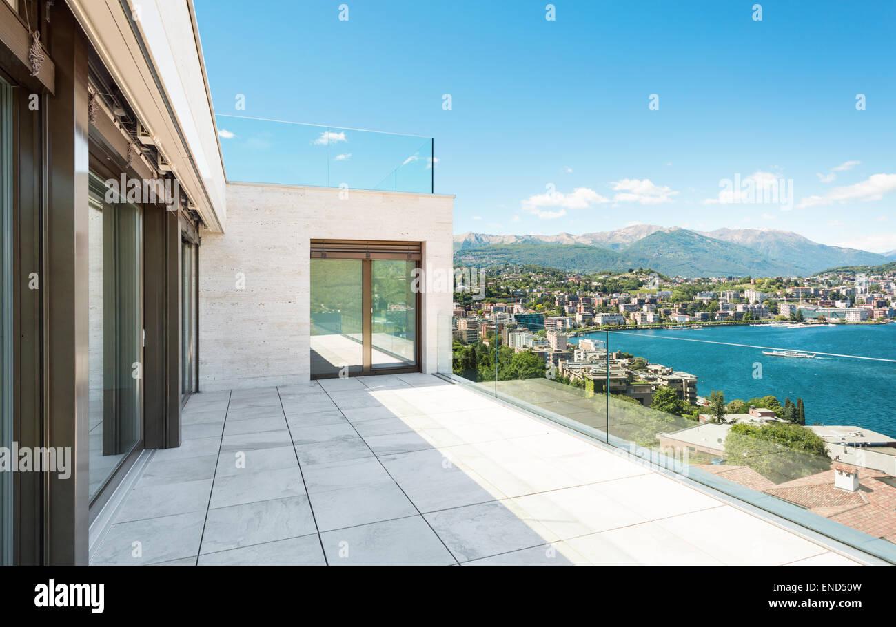 Hermosa Terraza De Un Edificio Moderno Exterior Foto