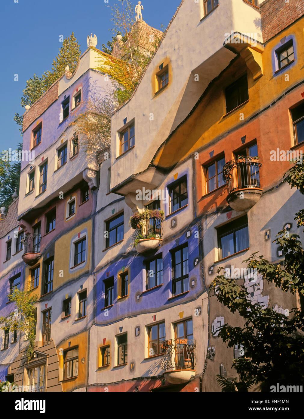 Viena, Austria. Fachada de la Hundertwasserhaus, un bloque de apartamentos diseñado por el arquitecto y artista Imagen De Stock