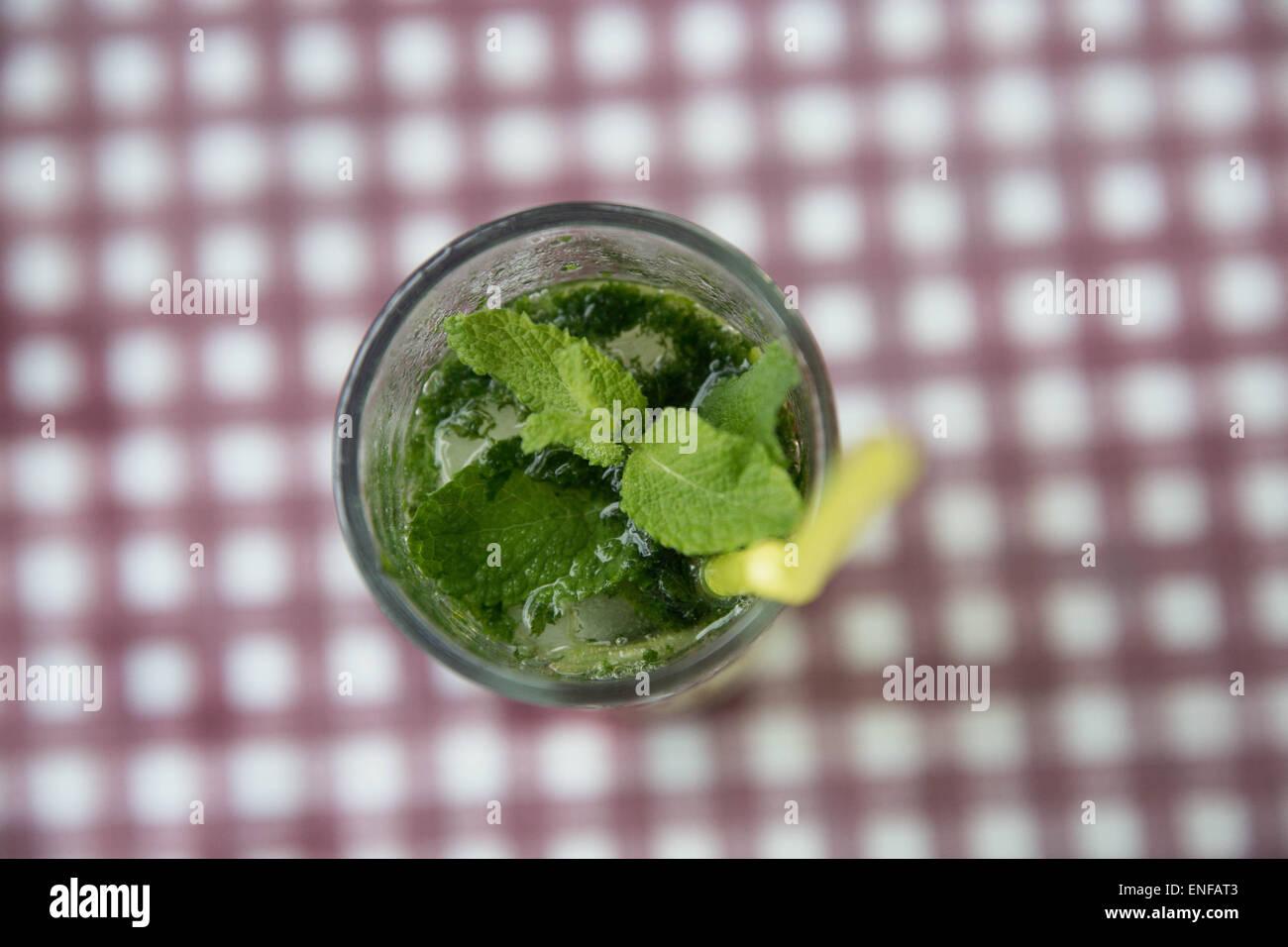 Cóctel Mojito con menta fresca, fotografiado desde directamente encima. Foto de stock