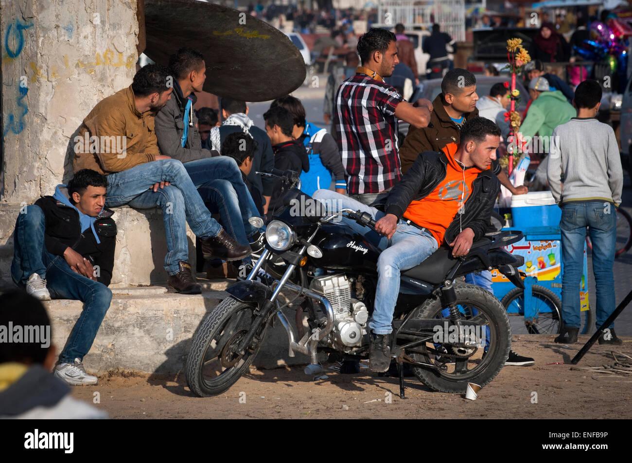 Los jóvenes de Gaza se congregan en la zona portuaria de la ciudad de Gaza. La tasa de desempleo es muy alta en Foto de stock