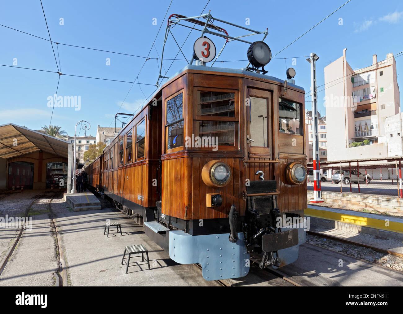 Autovía con paneles de madera, la histórica estación Palma-Soller, el Ferrocarril de Sóller, Imagen De Stock