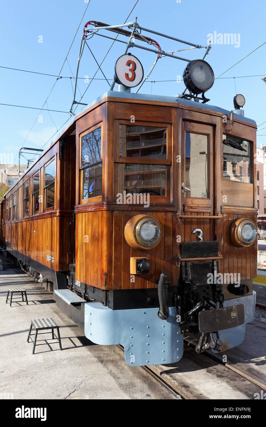 Vagones con paneles de madera, la histórica estación Palma-Soller, Ferrocarril de Sóller Tren de Imagen De Stock
