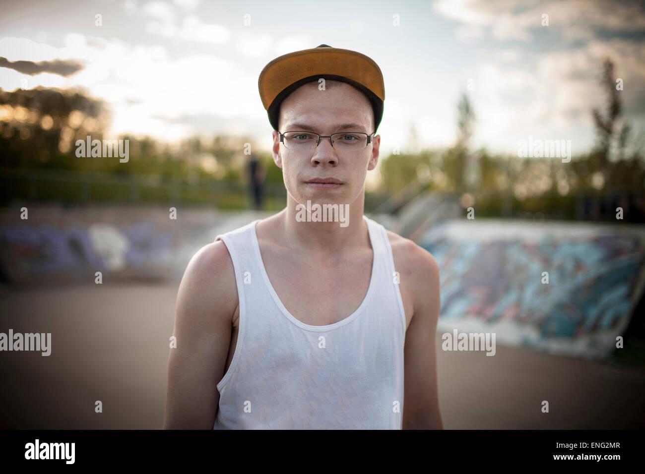 Hombre de pie del Cáucaso en el skate park Imagen De Stock