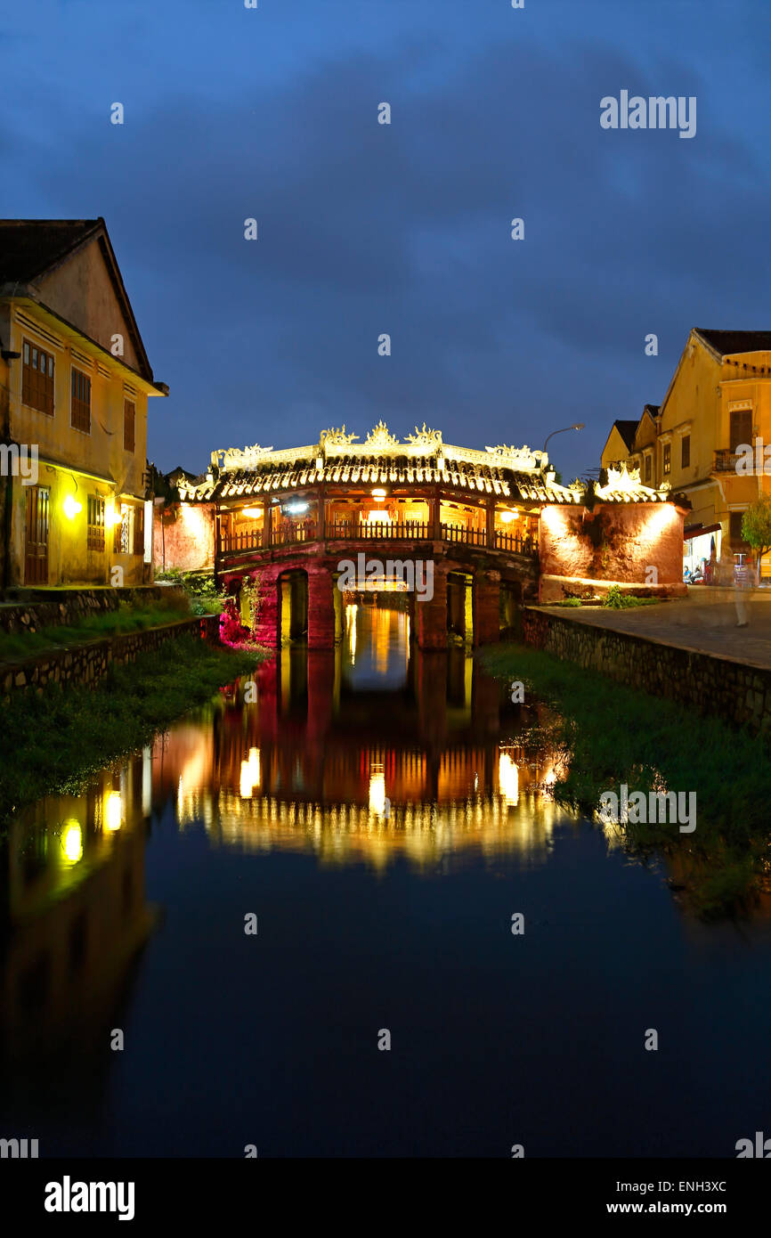 Puente cubierto japonés reflejado en canal, Hoi An, Vietnam Imagen De Stock