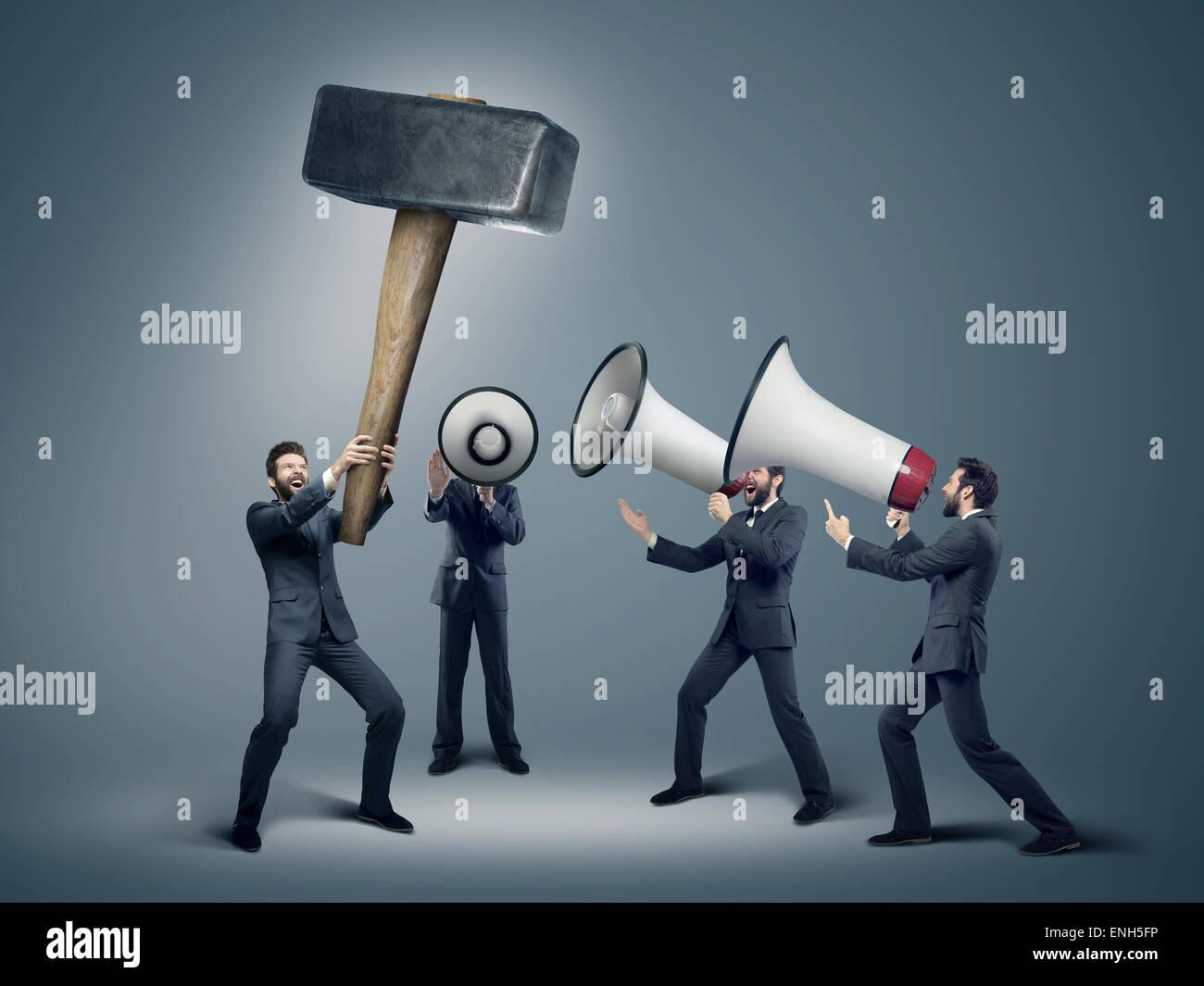 Muchos empresarios con enormes altavoces Foto de stock