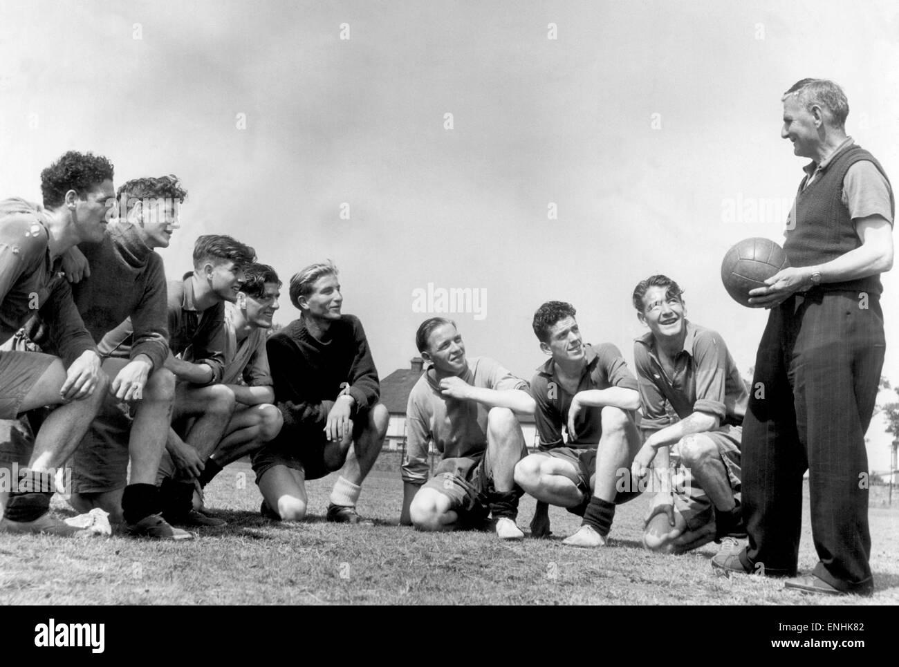 Everton jugadores foto con el entrenador Harry Cooke durante una sesión de entrenamiento. Everton jugadores de izquierda a derecha: Harry Leyland, Jimmy O'Neill, Joe Easthope, John Parker, Dave Hickson, John Sutherland, Tony McNamara y Jimmy Harris. El 9 de agosto de 1950. Foto de stock
