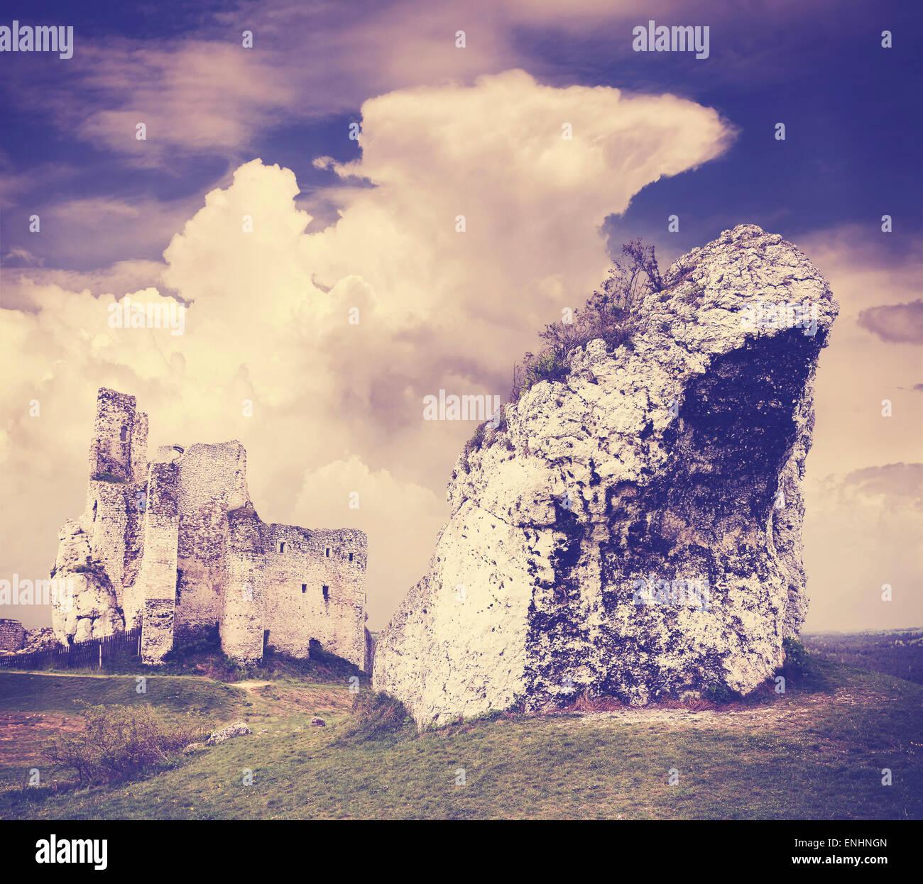 Filtra Vintage increíble formación rocosa y ruinas, Mirow en Polonia. Imagen De Stock
