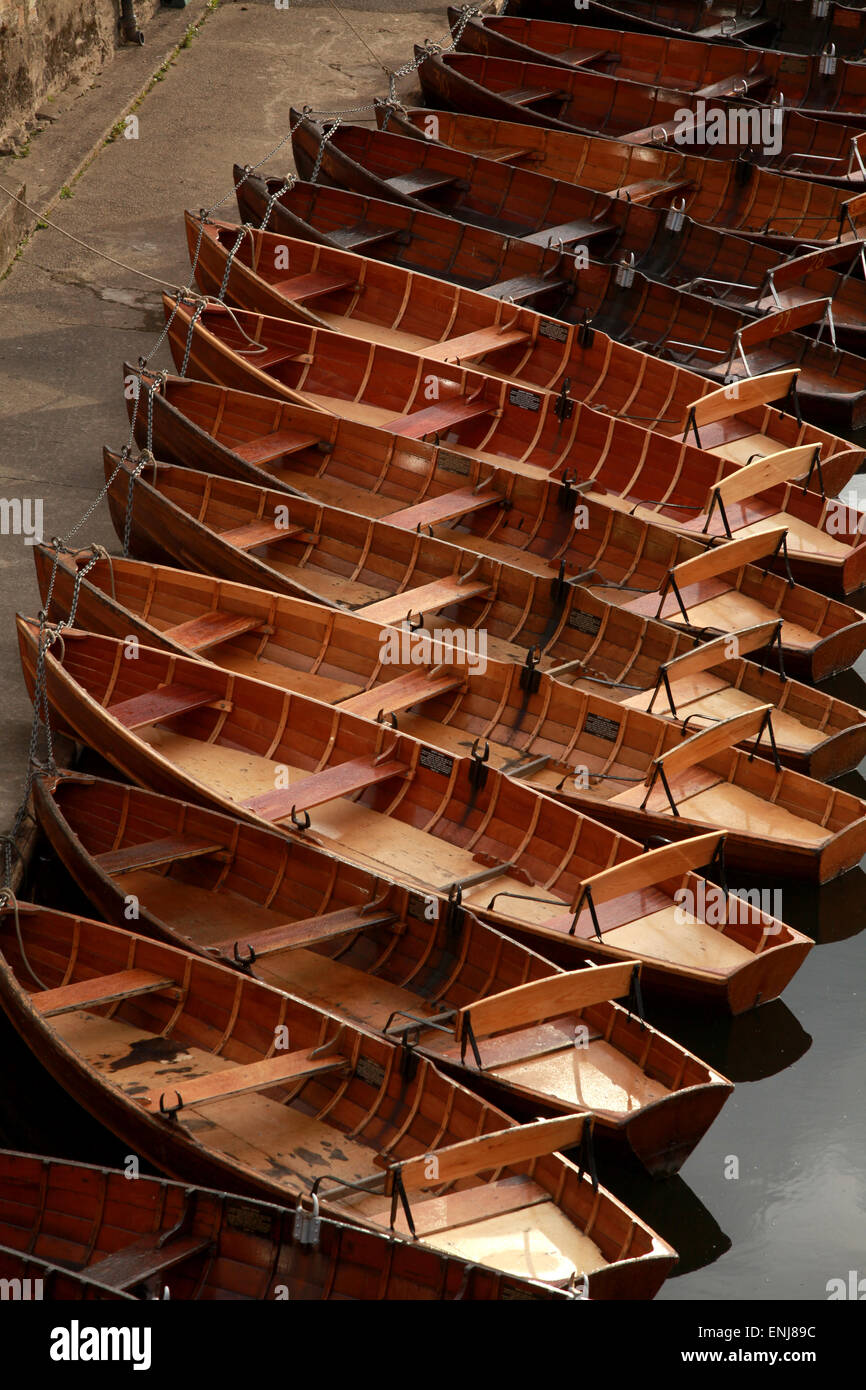 Clásico de madera de botes a remo en el río desgaste por puente Elvet Durham UK Foto de stock