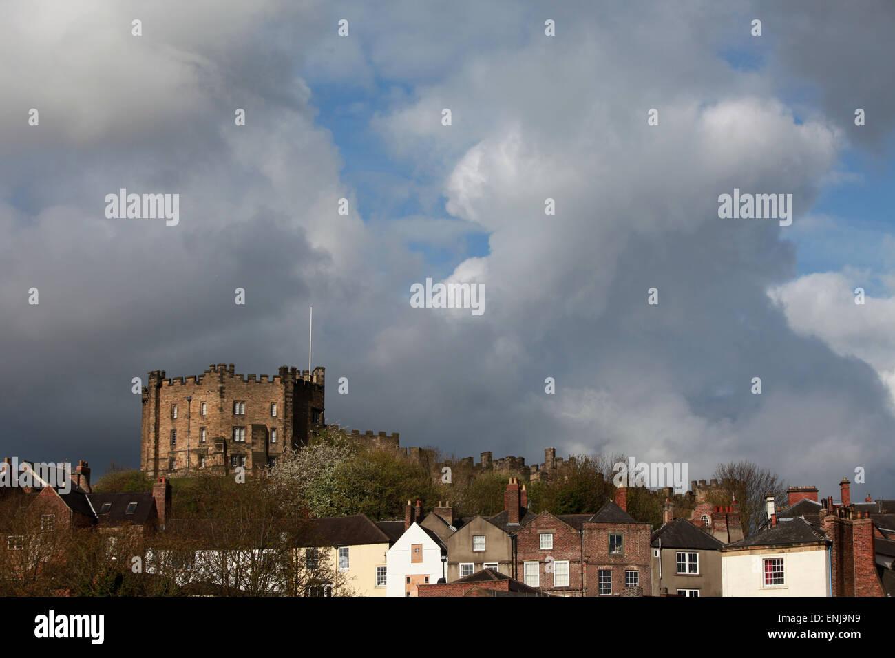 Durham castillo que domina las casas en el centro de la ciudad de Durham Imagen De Stock