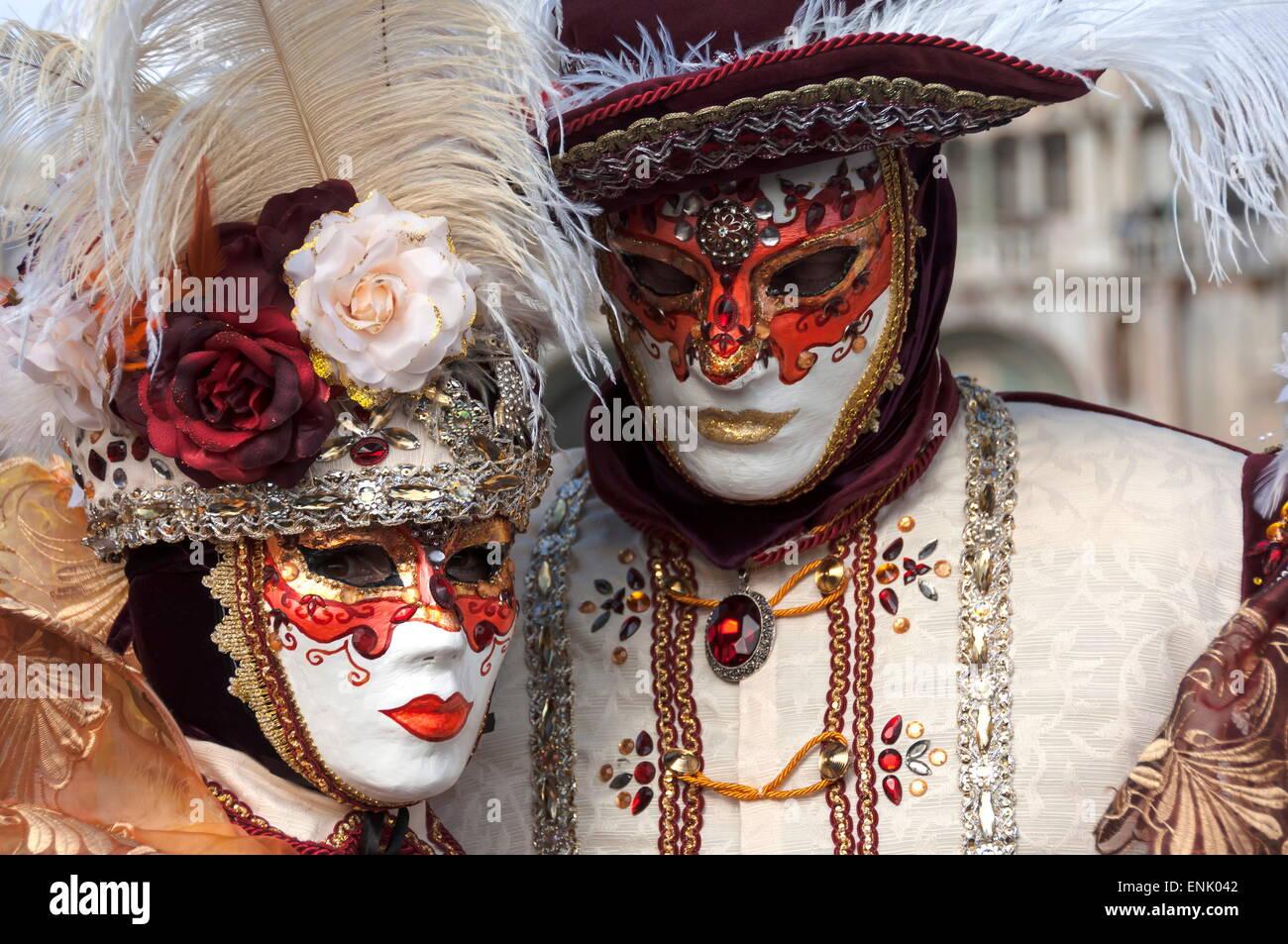 Señora y caballero en rojo y blanco, máscaras de carnaval de Venecia, Venecia, Véneto, Italia, Europa Imagen De Stock