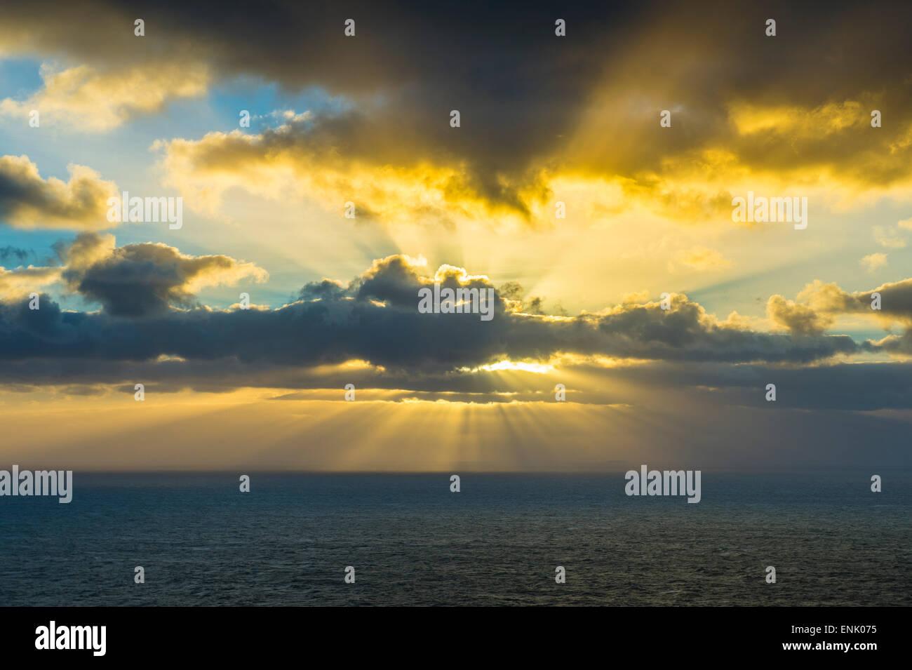 Radios rompiendo las nubes a EuropeÂŽs punto más occidental, Cabo da Roca, Portugal, Europa Imagen De Stock