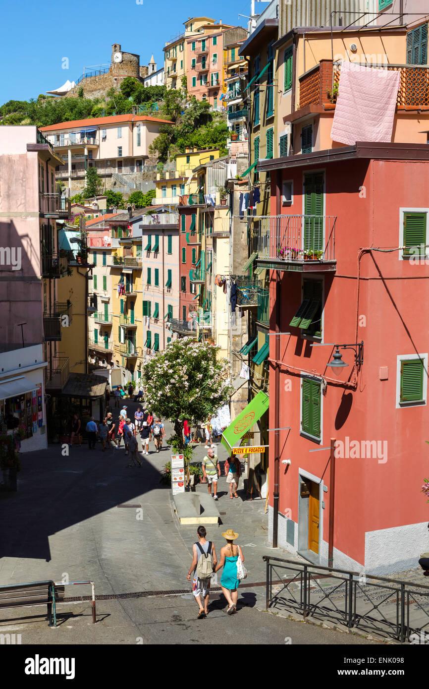 Las estrechas calles de la aldea desde lo alto del acantilado de Riomaggiore, Cinque Terre, Sitio del Patrimonio Imagen De Stock
