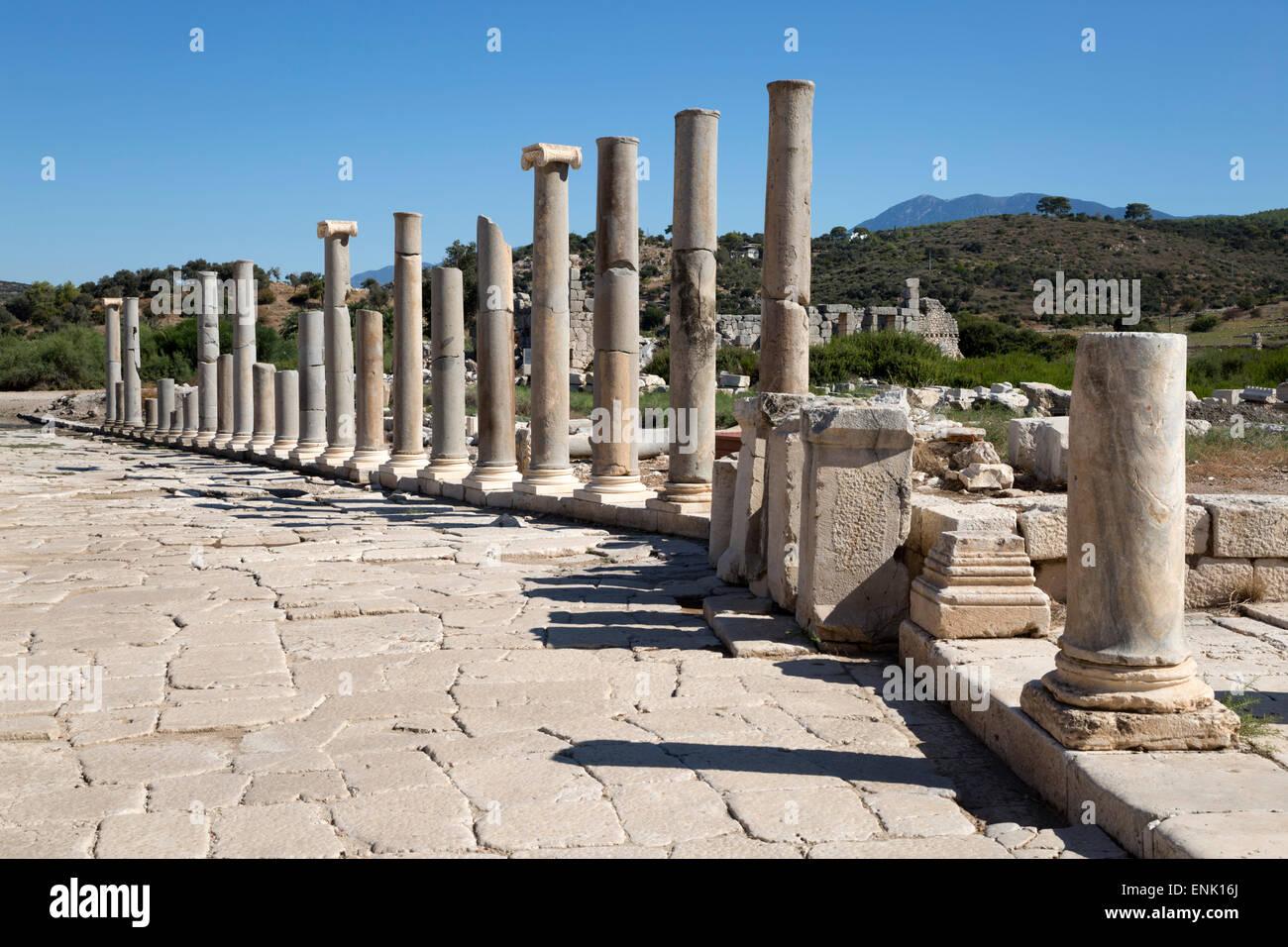 Arruinado colonnaded Main Street, Patara, cerca de Kalkan, Licia, en el suroeste de la provincia de Antalya, Turquía, Imagen De Stock