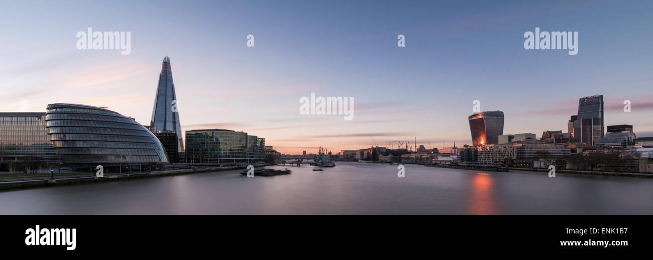 Vista de la Shard y el Ayuntamiento del Tower Bridge y el río Támesis por la noche, Londres, Inglaterra, Reino Unido, Europa Foto de stock