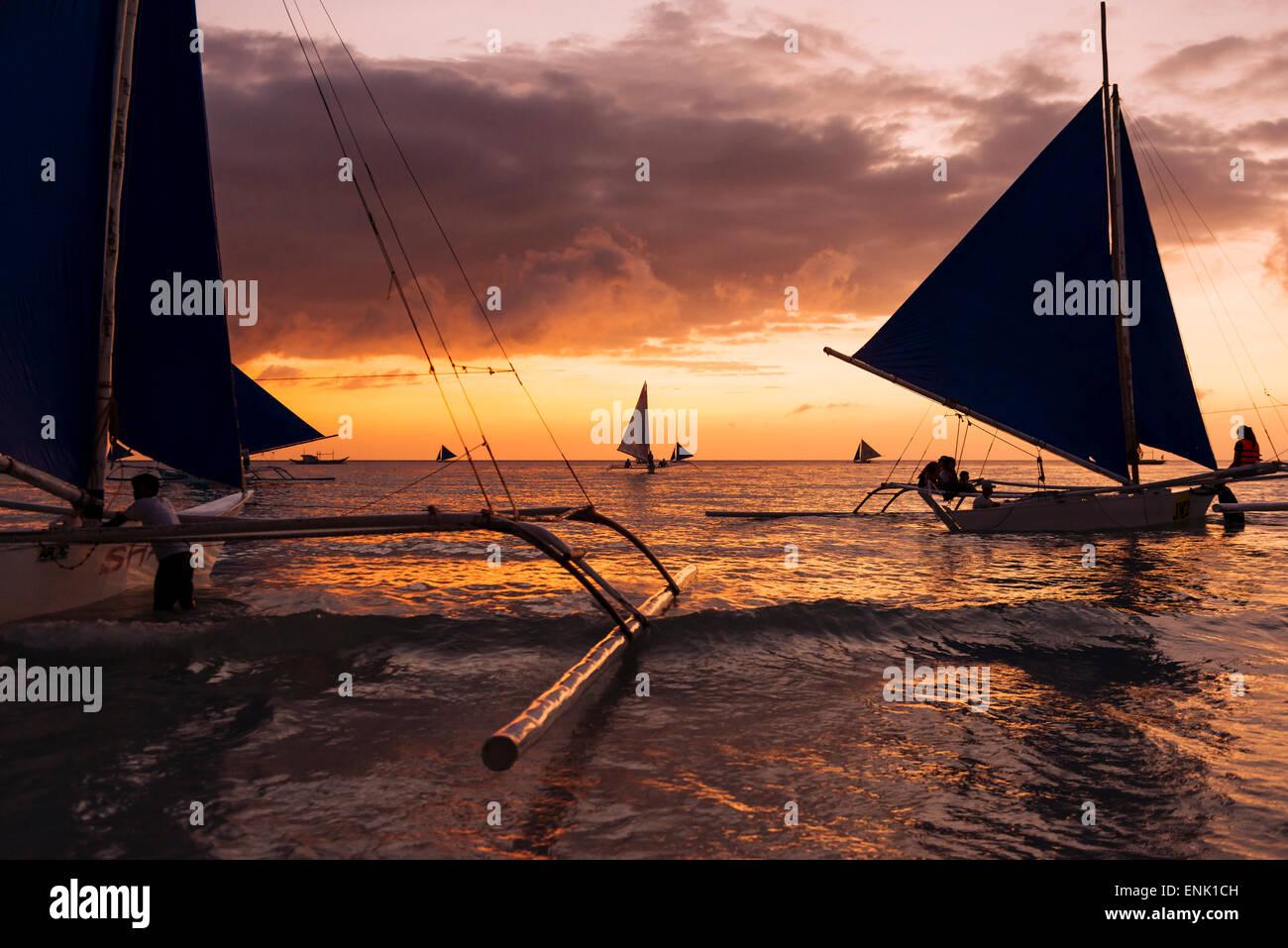 Paraw botes, Playa Blanca, Boracay, Visayas, Filipinas, el sudeste de Asia, Asia Imagen De Stock