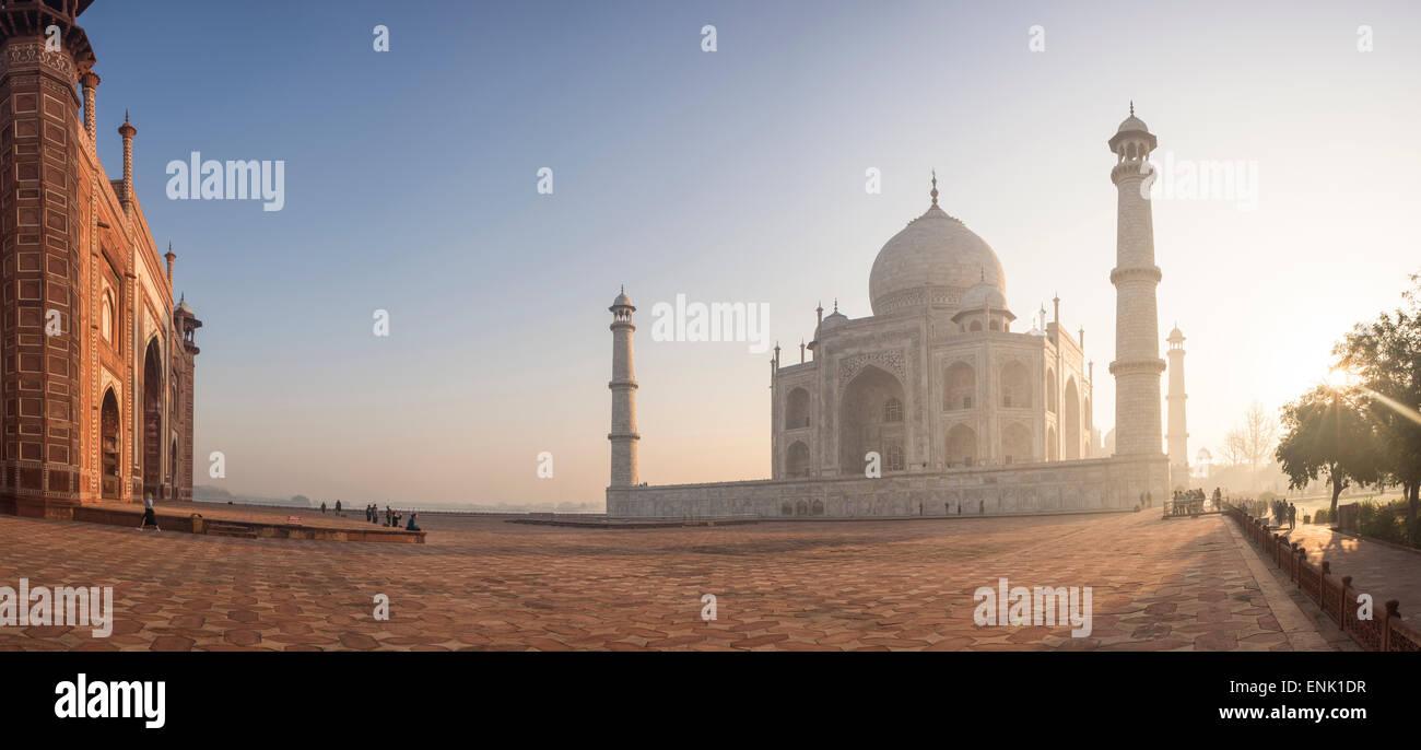 Amanecer en el Taj Mahal, Patrimonio Mundial de la UNESCO, Agra, Uttar Pradesh, India, Asia Imagen De Stock