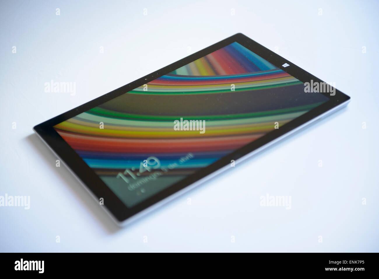 Microsoft Surface Pro 3 PC tablet pc recorte aislado sobre fondo blanco. Imagen De Stock