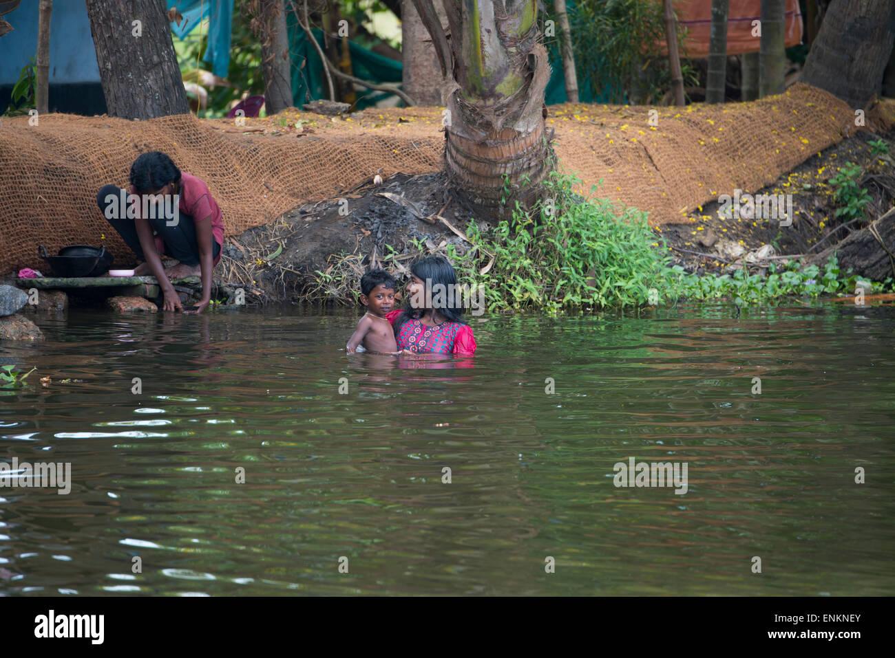 India, Kerala, Alleppey. Canales de remanso de Kerala en el área de Kumarakom, conocida como la 'Venecia Imagen De Stock