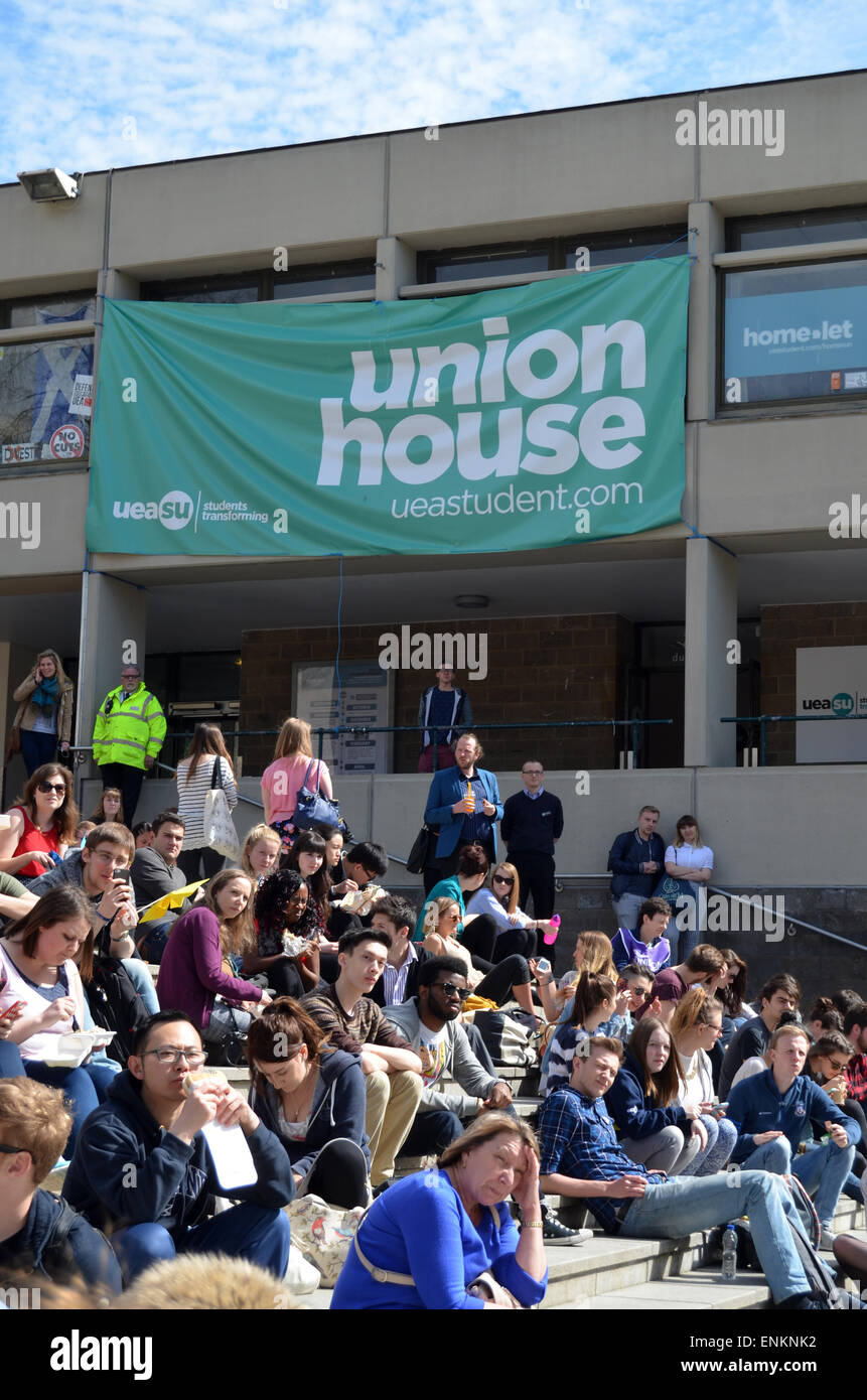 Los estudiantes fuera de Union House, UEA, abril de 2015 Imagen De Stock