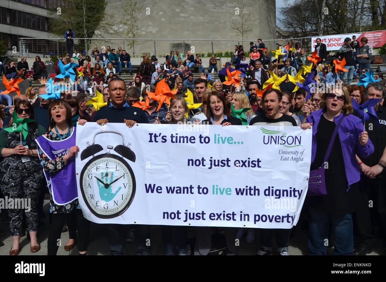 UNISON Salario protesta en UEA Norwich campus Sur candidato Laborista Clive Lewis, abril de 2015 Imagen De Stock