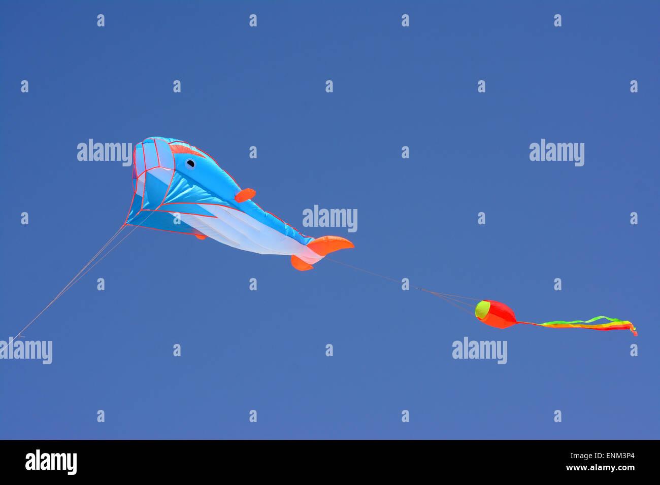 Colorido con forma de ballena Kite flotar en el cielo azul Imagen De Stock