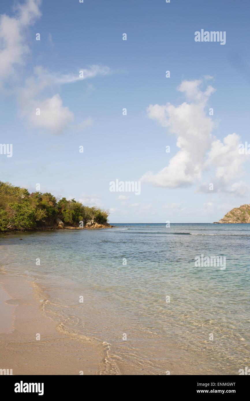 Mar bañando la orilla en la bahía. Foto de stock
