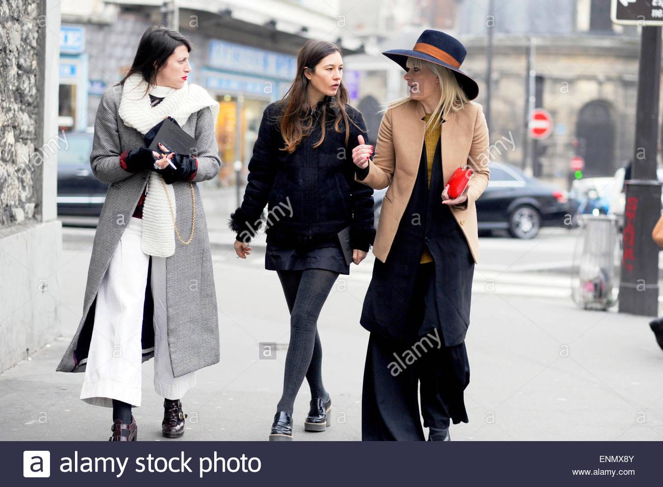 Las mujeres que asisten a la Semana de la moda de París Mens, PFW FW15/16, Moda Street Style. Imagen De Stock