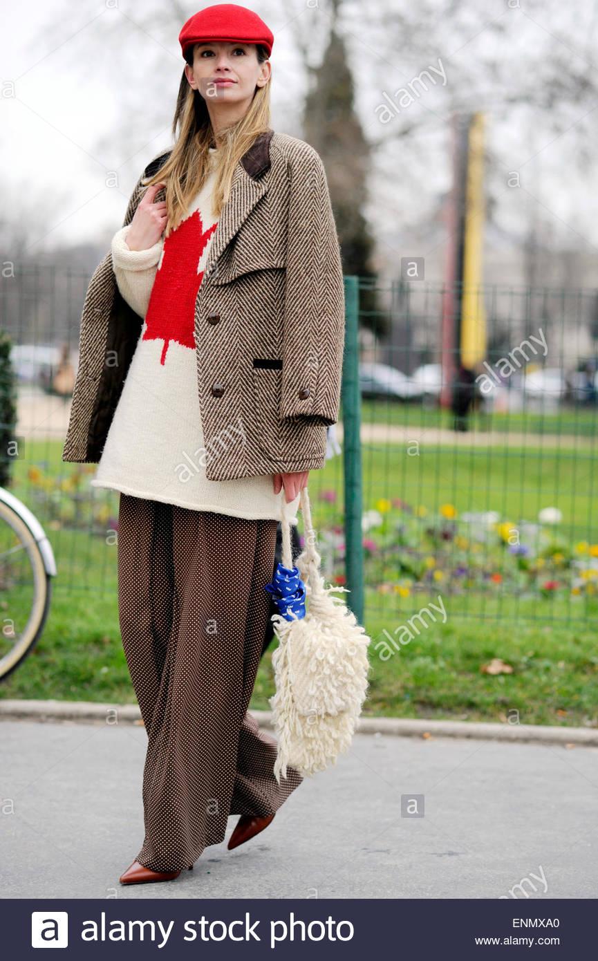 Mujer durante la Semana de la moda de París PFW, FW15/16, Moda Street Style, modo Moda. Imagen De Stock