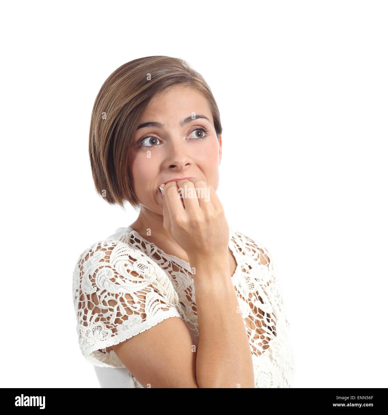 Preocupado mujer mordiendo las uñas nervioso aislado sobre un fondo blanco. Imagen De Stock