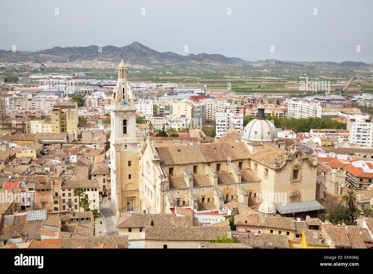 Vistas de la ciudad con la Basílica Colegiata de Santa María (Iglesia Colegial Basílica de Santa Imagen De Stock