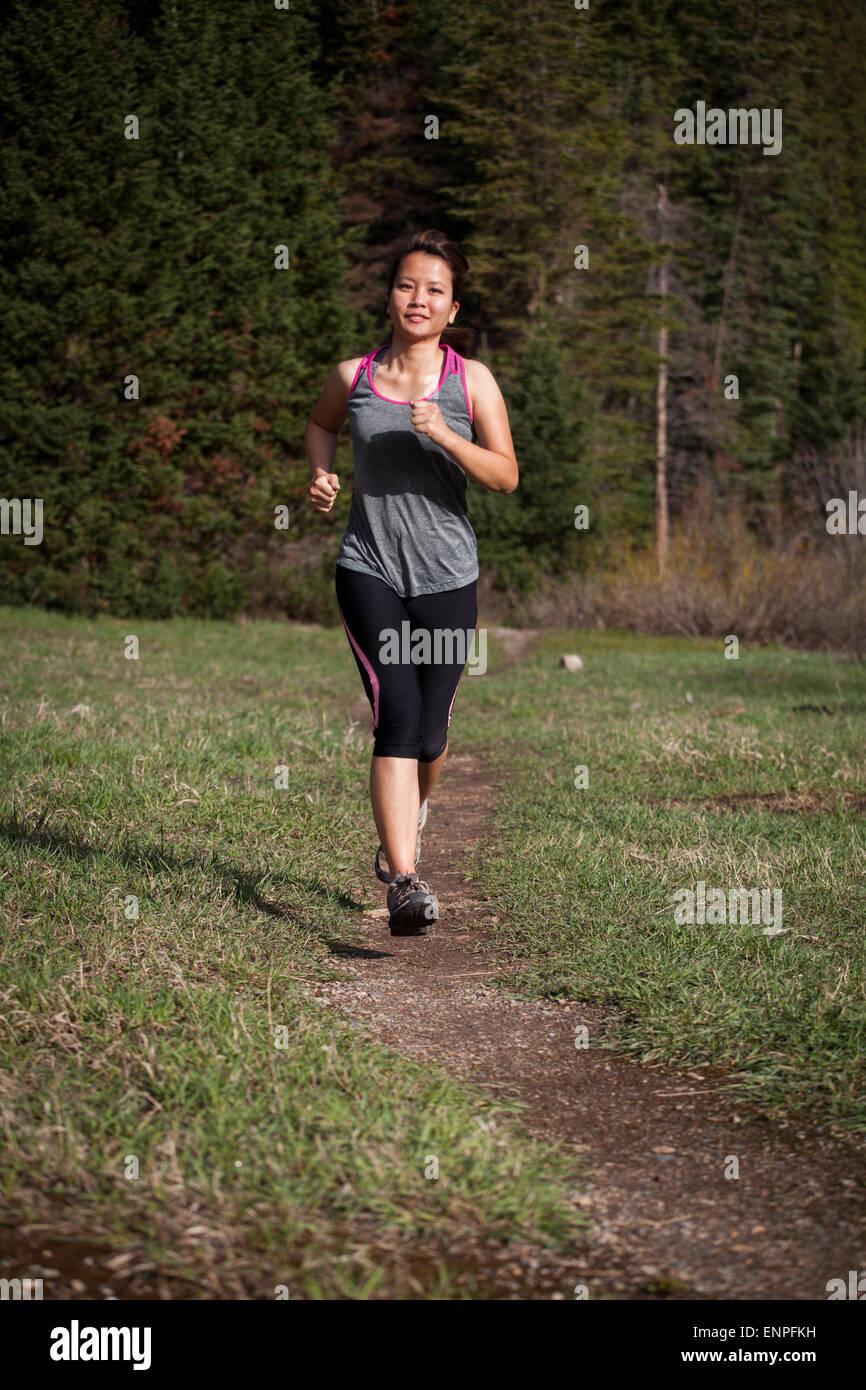 Mujer corriendo en exteriores morena trail running mujer, mujer, correr, correr, cross-training, fitness, ejercicio, Imagen De Stock